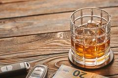 Vidrio de la bebida del whisky o del alcohol con llave de los cubos y del coche de hielo Concepto de la bebida y de la impulsión imagen de archivo