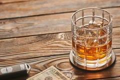 Vidrio de la bebida del whisky o del alcohol con llave de los cubos y del coche de hielo Concepto de la bebida y de la impulsión imágenes de archivo libres de regalías