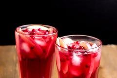 Vidrio de la bebida fría del invierno con cierre fresco del frío del arándano y de Apple encima de Berry Ice Tea Fotografía de archivo libre de regalías