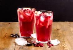 Vidrio de la bebida fría del invierno con el arándano fresco y el hielo de madera Berry Berry Ice Tea fresco del fondo de la foto Imagenes de archivo