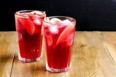 Vidrio de la bebida fría del invierno con el espacio de madera fresco Berry Ice Tea de la copia del fondo de la foto horizontal f Imágenes de archivo libres de regalías