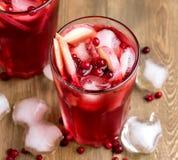 Vidrio de la bebida fría del invierno con hielo frío fresco de la bebida del arándano y de Apple sobre Berry Ice Tea Imágenes de archivo libres de regalías