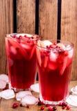 Vidrio de la bebida fría del invierno con la vertical fría fresca Berry Ice Tea del hielo de la bebida del arándano y de Apple Foto de archivo