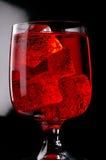Vidrio de la bebida roja con hielo Imagen de archivo