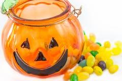 Vidrio de la calabaza de Halloween con las habas de jalea aisladas Imagenes de archivo