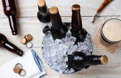 Vidrio de la cerveza y del cubo Foto de archivo libre de regalías