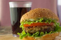 Vidrio de la hamburguesa y de la cola Fotografía de archivo