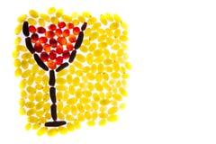 Vidrio de la imagen de las uvas de vino rojo con las uvas verdes y negras encendido Imagenes de archivo