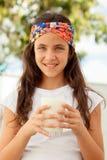 Vidrio de la leche de consumo de la muchacha del adolescente Imagen de archivo