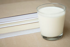 Vidrio de la leche y de la novela Imágenes de archivo libres de regalías