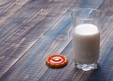 Vidrio de la leche y de la galleta Fotos de archivo