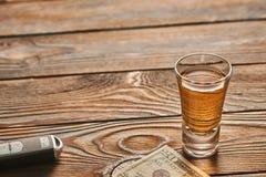 Vidrio de la llave del tequila o de la bebida y del coche del alcohol Concepto de la bebida y de la impulsión imágenes de archivo libres de regalías