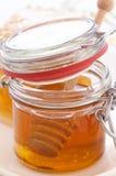 Vidrio de la miel con el panal Imágenes de archivo libres de regalías