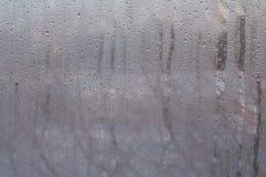 Vidrio de la ventana con descensos del agua de la condensación imagen de archivo