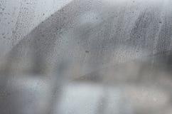 Vidrio de la ventana con el condensado o el vapor después de fuertes lluvias, de la textura o de la imagen de fondo fotos de archivo libres de regalías