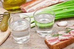 Vidrio de la vodka, de cebollas y del bocadillo Imagen de archivo