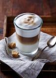 Vidrio de Latte Macchiato con el azúcar de Brown Fotografía de archivo