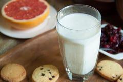Vidrio de leche Foto de archivo