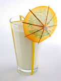 Vidrio de leche con el paraguas Fotografía de archivo libre de regalías