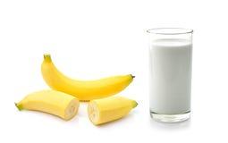 Vidrio de leche con el plátano sobre el fondo blanco Imagenes de archivo
