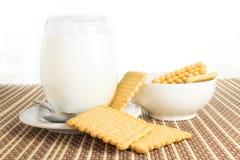 Vidrio de leche con las galletas Fotos de archivo libres de regalías