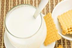 Vidrio de leche con las galletas Imagenes de archivo