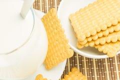 Vidrio de leche con las galletas Imagen de archivo libre de regalías