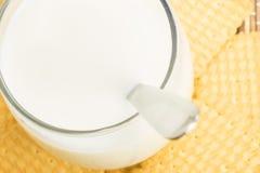Vidrio de leche con las galletas Foto de archivo libre de regalías