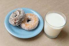 Vidrio de leche con los conuts Fotografía de archivo