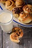 Vidrio de leche con los rollos de canela Fotografía de archivo