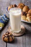 Vidrio de leche con los rollos de canela imagenes de archivo
