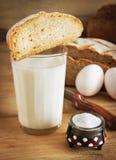 Vidrio de leche con pan de centeno Foto de archivo libre de regalías