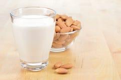 Vidrio de leche de la almendra en una tabla imagen de archivo libre de regalías