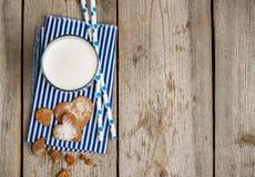 Vidrio de leche en una tabla de madera rústica Fotos de archivo