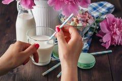 Vidrio de leche fresca con el tubo retro del cóctel, servido con la botella Imagen de archivo