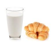 Vidrio de leche y de cruasanes Foto de archivo libre de regalías