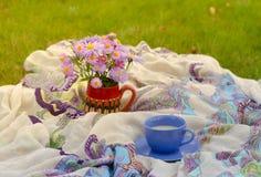 Vidrio de leche y de flores Imagenes de archivo