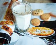 Vidrio de leche y de galletas Fotografía de archivo libre de regalías