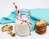Vidrio de leche y de galletas Foto de archivo libre de regalías