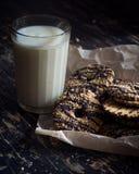 Vidrio de leche y de galletas foto de archivo