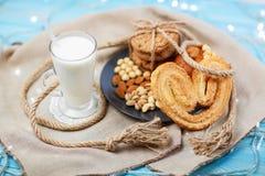 Vidrio de leche y de galletas sabrosas Fotografía de archivo