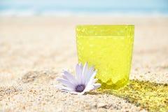 Vidrio de limonada en la arena, cóctel en la playa foto de archivo libre de regalías
