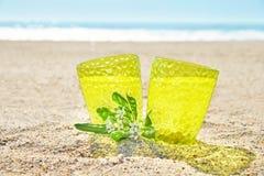 Vidrio de limonada en la arena, cóctel en la playa foto de archivo