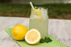Vidrio de limonada en servilleta verde afuera en verano Imagenes de archivo