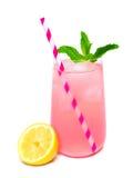 Vidrio de limonada rosada con la menta y la paja aisladas Fotos de archivo libres de regalías