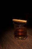 Vidrio de lujo del whisky con el cigarro Imagen de archivo