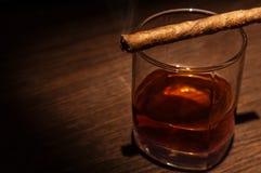 Vidrio de lujo del whisky con el cigarro Fotos de archivo