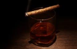 Vidrio de lujo del whisky con el cigarro Fotografía de archivo