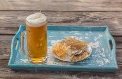 Vidrio de mariscos de las carnes de la cerveza y de la placa Foto de archivo libre de regalías