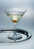 Vidrio de martini con la aceituna Imagenes de archivo
